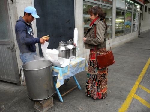 Puesto ambulante o puesto callejero de tortas de tamal en una mañana fría.