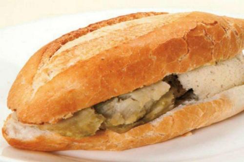 Torta de tamal o guajolota presentada en un plato y fondo blanco.